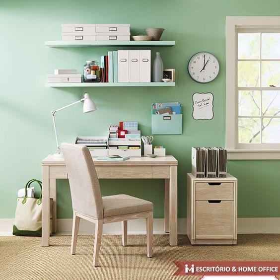Segundo a arte do Feng Shui, pintar as paredes do Home Office de verde ajuda a acalmar pessoas agitadas no ambiente de trabalho.