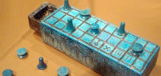 Oud Egyptisch bordspel kanaal om contact te maken met de doden