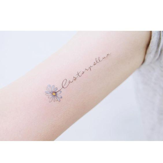 tatuagem flor e palavra