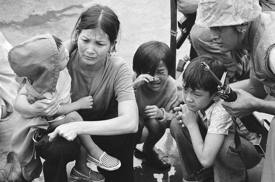 Mãe sul-vietnamita carrega suas três crianças. Saigon, 29/04/1975.