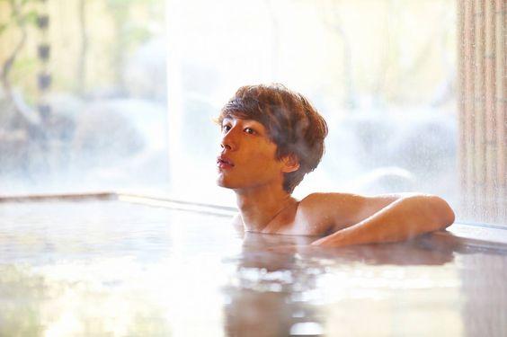 温泉につかる坂口健太郎