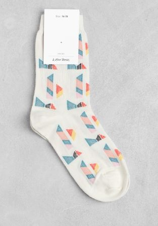 ALYSON FOX & OTHER STORIES Made from a soft cotton blend for a comfy fit, these ankle socks feature colourful geometric disgns and an elastic top.