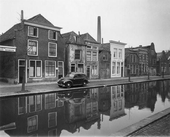 De westzijde van de Raam in 1959. De klokgevel rechts, die ook te zien is op de foto uit 1904, is inmiddels gesloopt. De drie huizen links van de klokgevel (nrs. 34 t/m 40) resten nog. Maar links van nummer 40 (het huis met de witgepleisterde gevel) is alles gesloopt.