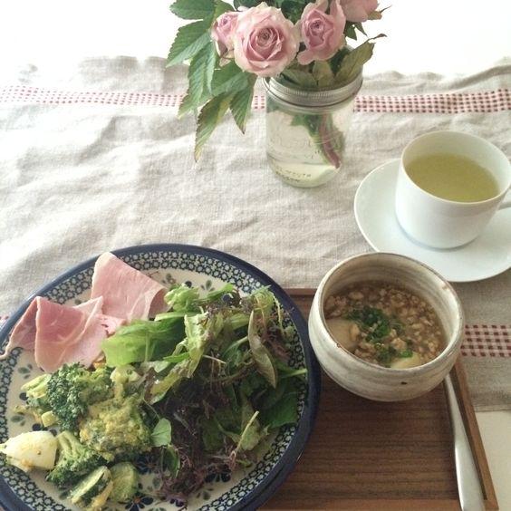リーフサラダ ブロッコリーと茹で卵のマヨネーズ和え ハム ローズティー  里芋と鳥ひき肉の餡かけ(昨日の残り)