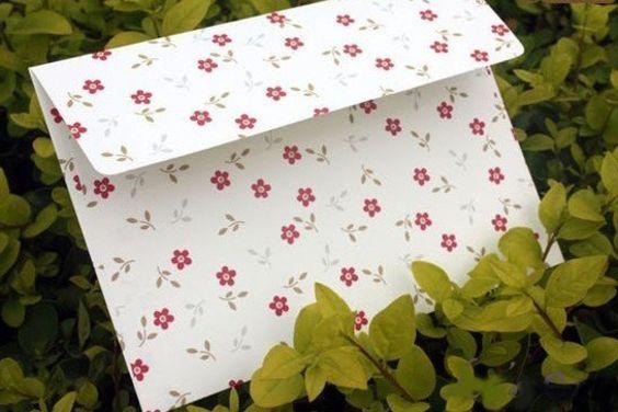 """סט של 10 מעטפות פרחוניות עשויות נייר נטול עץ איכותי. מתאימות לשימוש שוטף, לכרטיס ברכה, לצ'ק של חתונה ועוד. גודל: 12.5x17.5 ס""""מ"""