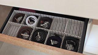 DIY Cómo hacer un organizador de cinturones   Hoy vamos a poner en orden nuestros cinturones que siempre tenemos revueltos por los cajones. Con cartón pluma y tela a tu gusto lo puedes hacer fácil y rápido.  Materiales:  - Cartón pluma.  - Tela  - Cartulina  - Herramientas.  - Cola blanca  - Silicona caliente.  Cartonaje y papel