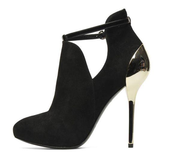 Avete già scelto le scarpe per le Feste? Basta l'accessorio giusto per essere una moderna Cenerentola o meglio...una nuova DIVA!http://www.sfilate.it/213801/avete-gia-scelto-le-scarpe-per-le-feste