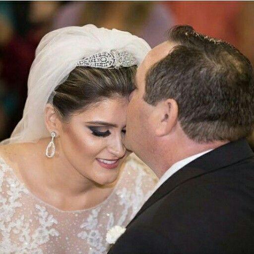 Nossa noiva Mariana, linda com brincos em cristal #mairabumachar #noivasmb #noivas #bride #bridecollection
