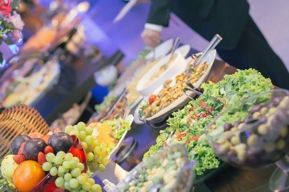 Calcular a quantidade de comida para a festa de casamento é uma das grandes preocupações que os noivos devem ter.