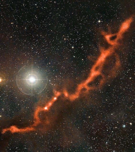 APEX-Aufnahme eines filamentartigen Sternentstehungsgebiets im Sternbild Stier