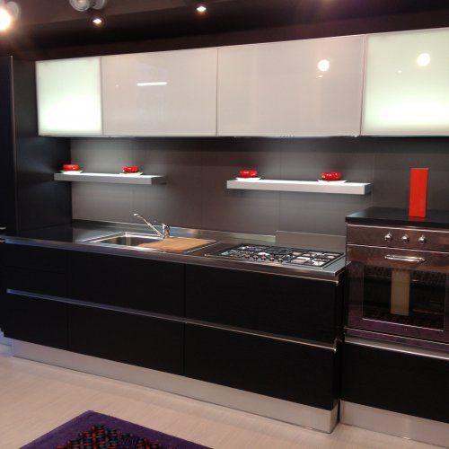 Cucina moderna in rovere nero con pensili a vasistas in vetro laccato bianco cm arredo - Cucina laccato bianco ...