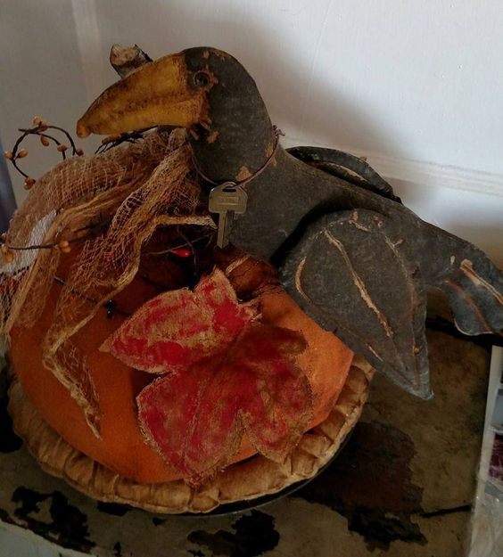 Pumpkin Pie with Crow Thanksgivng Christmas Fall Autumn Halloween Decoration Tin #NaivePrimitive #UrbanHandmadePrimitives