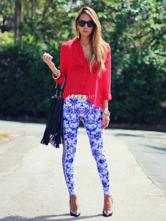 look com legging estampada, camisa feminina vermelha e scarpin - Blog de moda e look do dia Decor e salto Alto