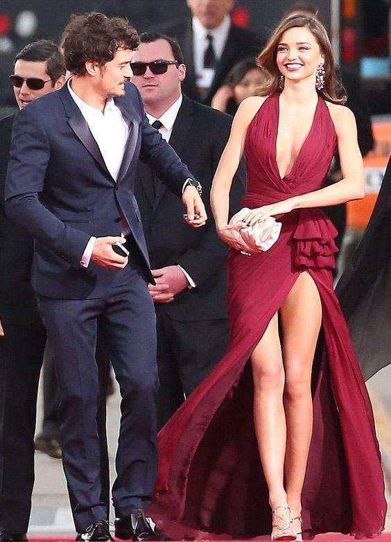 Essa guria tem sorte. Veste um Orlando Bloom e usa esse vestidinho de acessório! Pobreza pouca é bobagem!