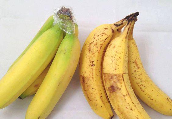 SI quieres que los plátanos duren más envuelve la punta con film transparente. //  Put plastic film around the top edge if you want the bananas to last.