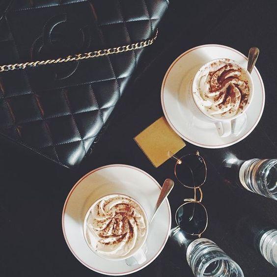 Bonjour avec chocolat viennois dans l'un de mes cafés preferés á Paris.  #bartaparis