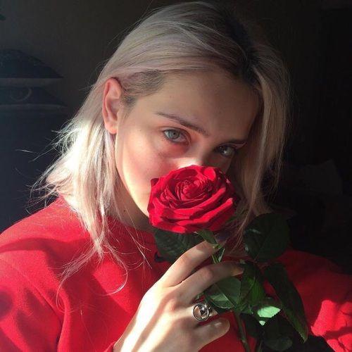 Самые популярные тэги этого изображения включают: girl, rose, red, tumblr и aesthetic