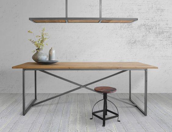 Industriële eettafel van hout met stalen onderstel. En bijpassende hanglamp van hout en staal.