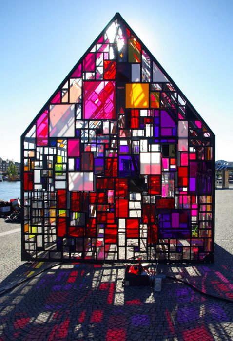Tom Fruin's sculpture is constructed of a thousand reclaimed pieces of plexiglass ranging in size from 2×2 to 24×36 inches. They originate from many sources, including a closed-down plexiglass distributorship near Copenhagen, a framing shop, the basement of the Danish State Art Workshops and dumpsters outside the Danish Architecture Center.
