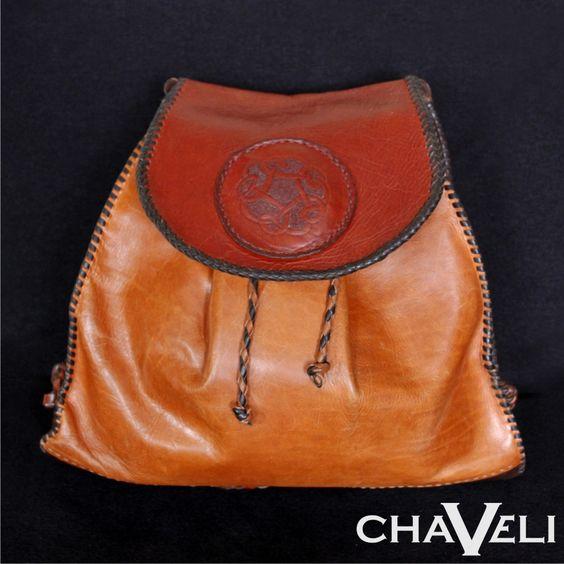 #Bolso de #piel tipo #mochila, con cierre de imán y asas independientes. #Chaveli #artesanía en #cuero #Asturias