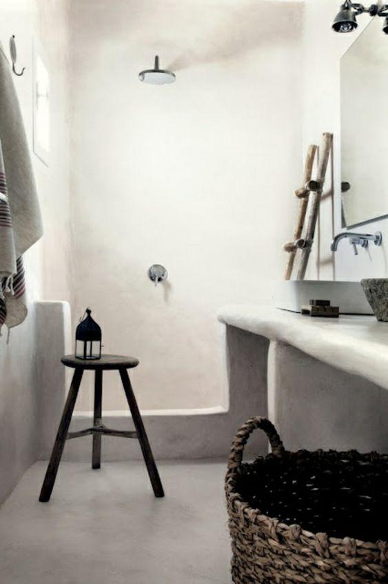 badezimmergestaltung weiße wände holz laterne
