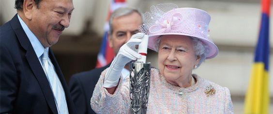 Queen placing message in baton