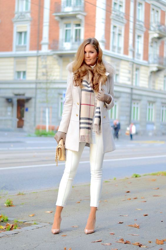 Back in the day, people didn't have the habit of wearing white in the winter. This thought changed and the color even takes away the truism of the outfits. After all, sober tones dominate the season.