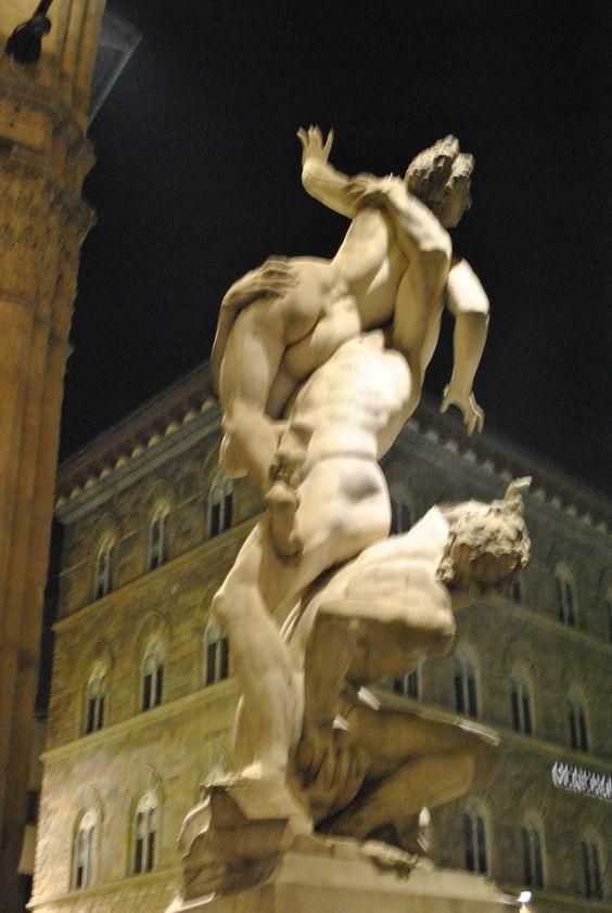 O Rapto das Sabinas, uma estátua de Giambologna de 1583, com três figuras entrelaçadas esculpidas em um único bloco de mármore.2015/09/21.