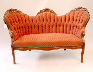 Sofá estilo victoriano con rico tallado en madera