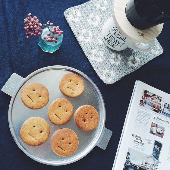 スーパーのビニール袋、市販のポリ袋、チャック付き袋、なんでもOK!材料を入れてこねて形を作って焼くだけだから、キッチンも手もたくさん汚しません。 手軽に簡単に美味しく、アレンジもしやすいクッキー作りをどうぞ♪