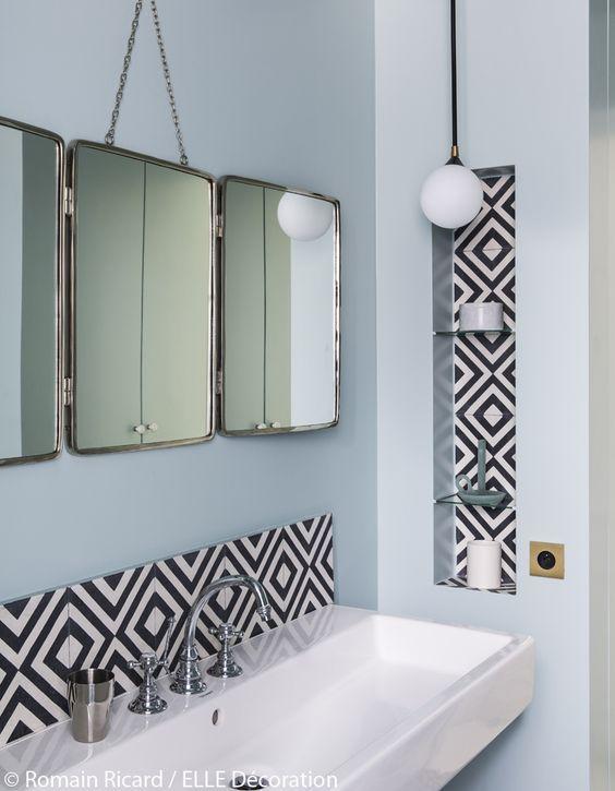 salle de bain vintage avec carreaux de ciment noirs et blancs miroir en triptyque - Salle De Bain Vintage Design