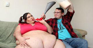 Ce mannequin obèse veut atteindre 450 kg: pour y parvenir elle se nourrit à l'entonnoir (vidéo)