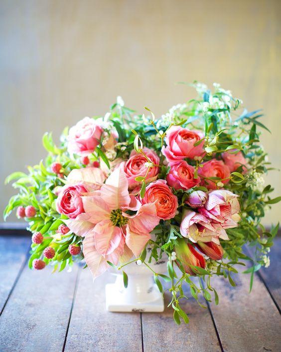 ピンクのポインセチアに赤いバラに松ぼっくりを添えて・・・♡ クリスマスムードたっぷりの装花がとってもキュートな会場を演出してくれます。