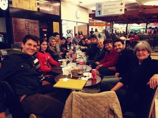 Num café de Porto Alegre, o happy hour de toda terça-feira virou aula de inglês