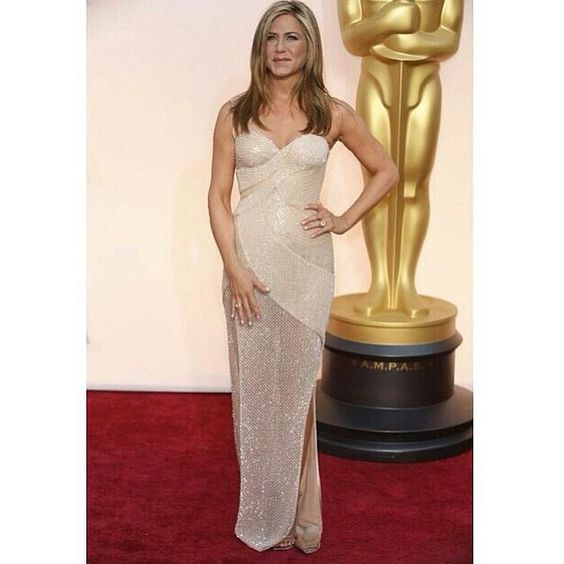 """""""Entrando para o time das atrizes que elegeram looks com brilho perolado, Jennifer Aniston chega ao #redcarpet do #oscars2015 com um modelo by…"""""""