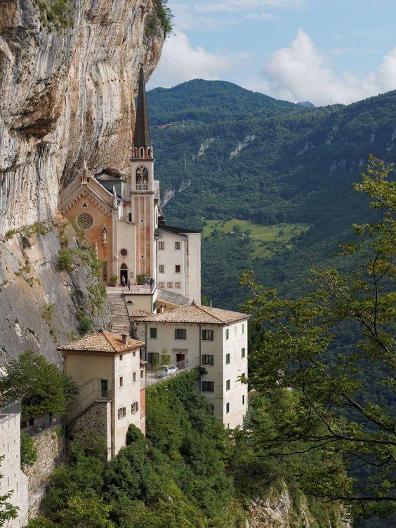 Santuario madonna della corona spiazzi verona italia for Santuario madonna della corona