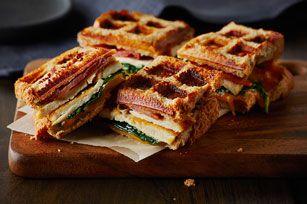 Sandwich gaufré au poulet grillé à la César