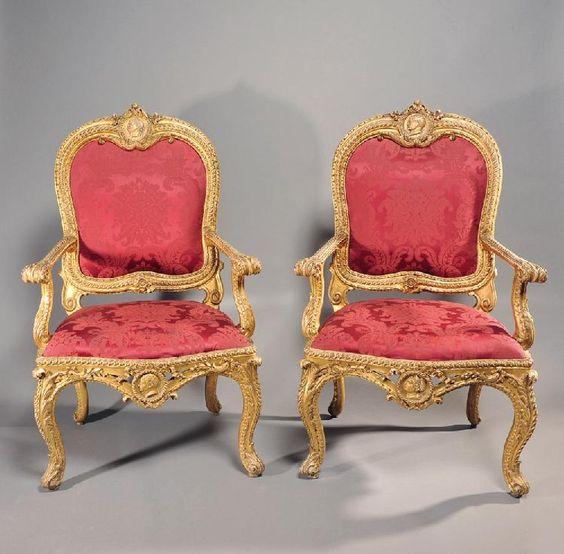 Paire de fauteuils à châssis en bois sculpté doré. <br> Rome, Circa 1750…