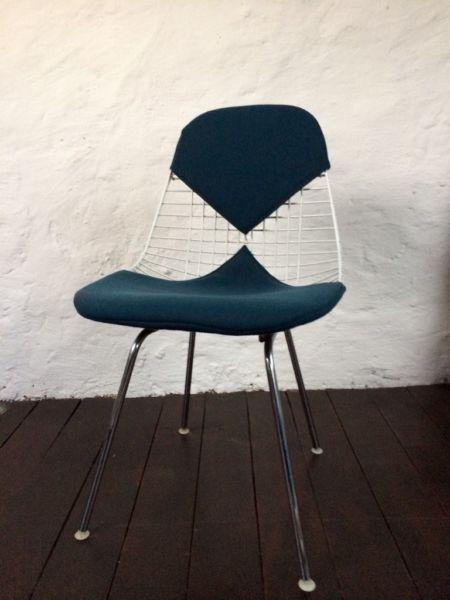 Biete sehr gut erhaltenen originalen Eames Bikini Wire Chair, Klassiker, Sammlerstück! Kleine Gebrauchsspuren vorhanden.
