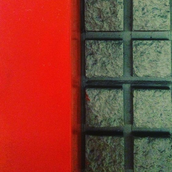Contrasti in metropolitana #mymilano #milano #igermilano #igeritalia #igerlombardia #milanodavedere #mymilano #citta #lovemilan #underground #Mm1 #fermataduomo #cemento #cement #contrast #red #grey #metropolitana #top_lombardia_photo by pope_art