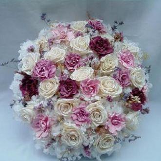 hortênsias brancas, gardênias várias cores, rosas porcelana preservadas e elementos desidratados