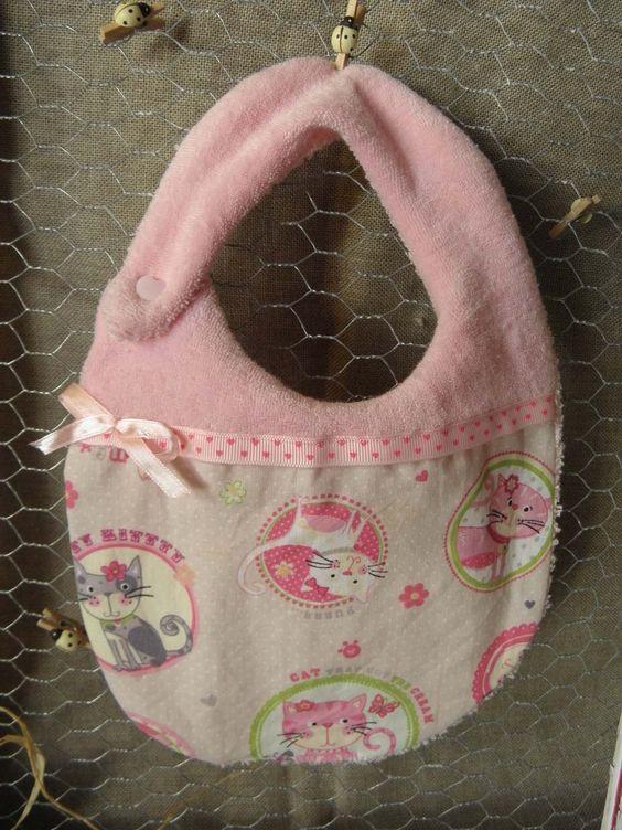 Bavoir en coton imprimé de chats et ruban rose clair avec cœurs pour les enfants de 0 à 36 mois