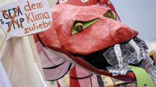 Image copyright                  Getty Images                  Image caption                                      Un modelo de serpiente gigante en una protesta antiglobalización en Berlín.                                El libre comercio y la globalización parecen estar bajo asedio de un amplio y ruidoso abanico de oponentes. Durante décadas ha habido un fu