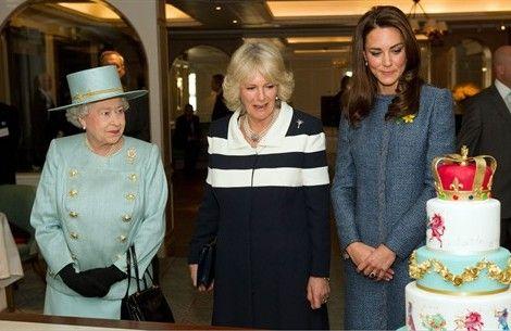 La Regina Elisabetta, Kate Middelton e Camilla ammirano una creazione di Mich Turner per i grandi magazzini Fortnum & Mason: la pasticcera è famosa per le sue torte nuziali