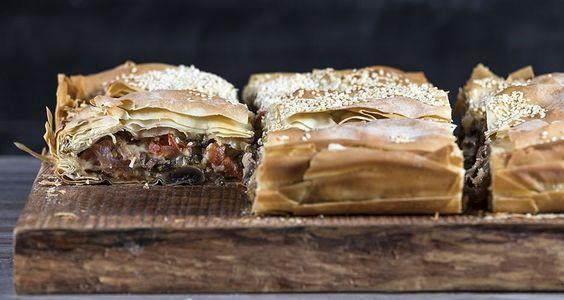 Μανιταρόπιτα από τον Άκη Πετρετζίκη. Μία νόστιμη πίτα με μανιτάρια σε τραγανό, χωριάτικο φύλλο που θα σας ενθουσιάσει! Το ιδανικό ορεκτικό για κάθε σας γεύμα!