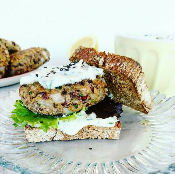 Extra nutritivas y extra ricas son estas hamburguesas de quinoa y alubias que nos recomiendan probar en este post.
