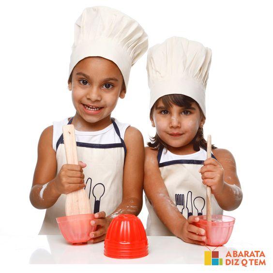 Kit Mestre Cuca - O quanto antes a criança começar a ter contato com o mundo e tudo o que ele tem a oferecer, melhor. Na culinária, tão gostoso quanto ver a mamãe e o papai cozinhando, é poder ajudá-los em algum prato, como misturando a gelatina.