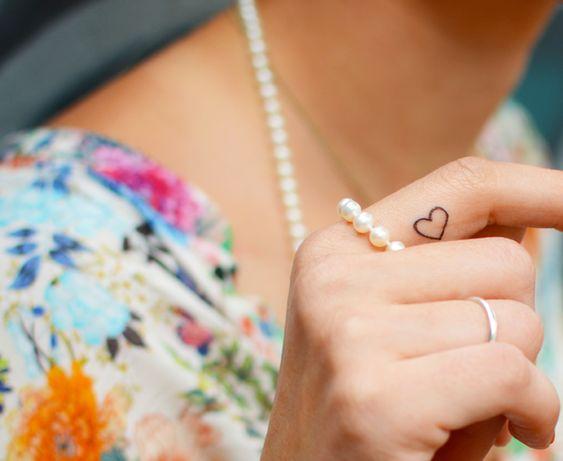 tatuagem no dedo coração