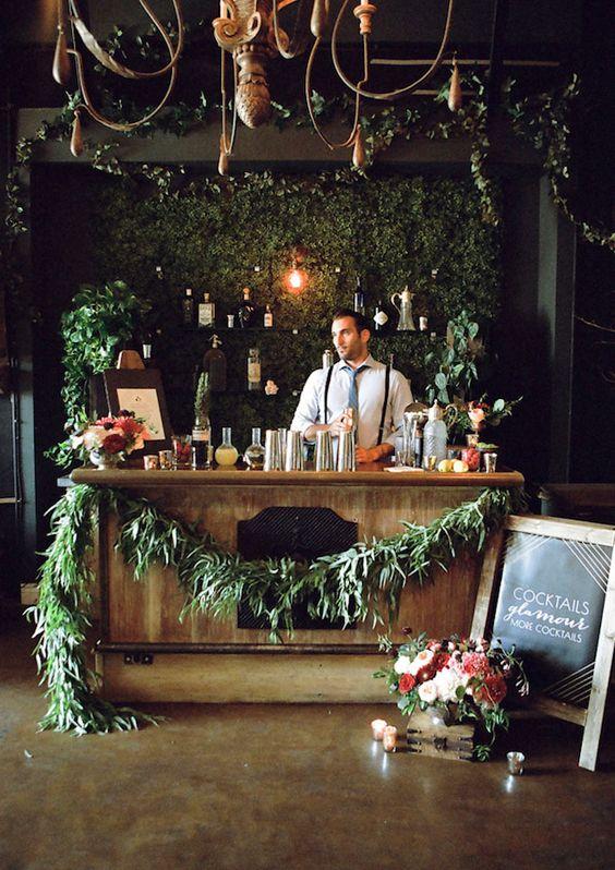 Meuble bar en bois décoré par des plantes vertes