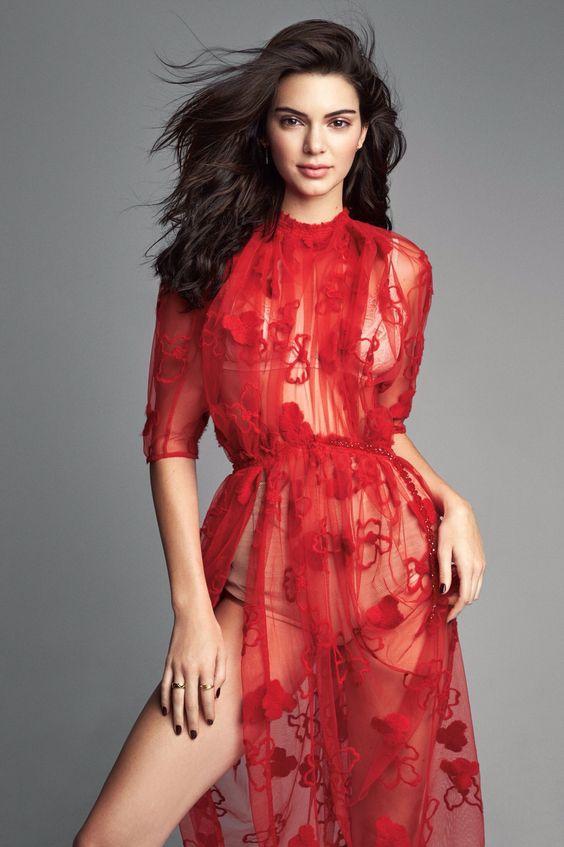 赤いドレス姿のケンダル・ジェンナー